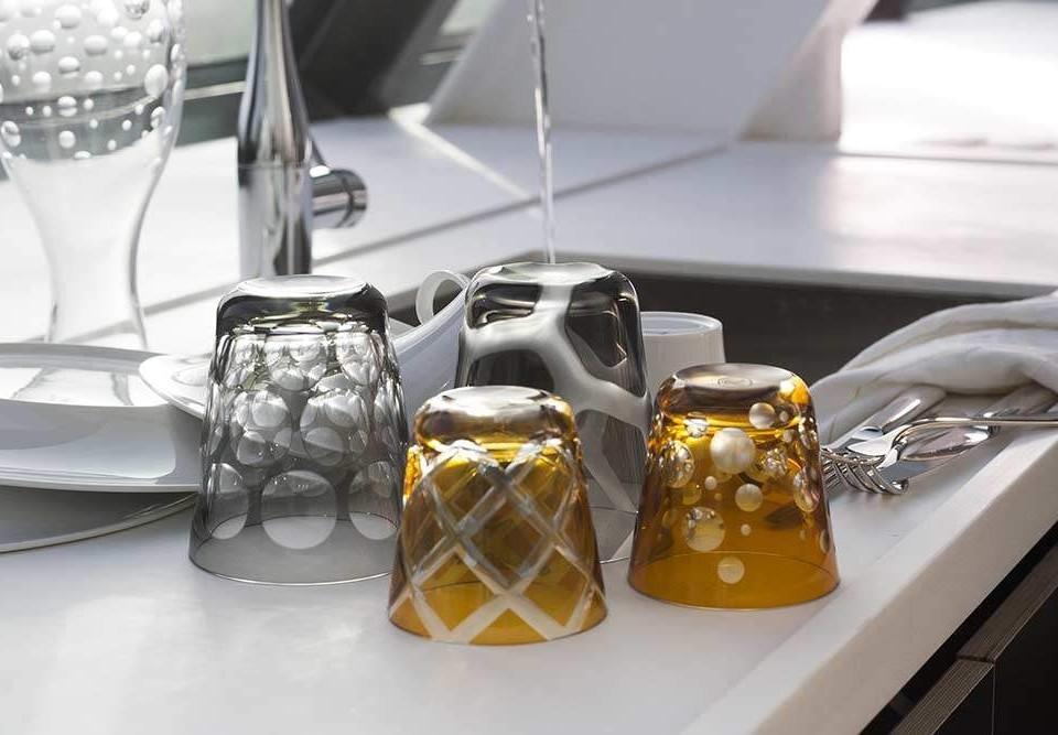 Rotter Glas von Hand spülen